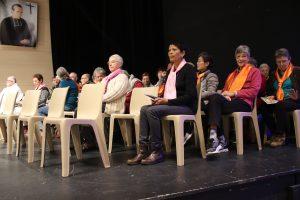 Sur le podium : les conseils et la coordination des laïcs.